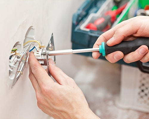montaż instalacji elektrycznej przy gniazdku