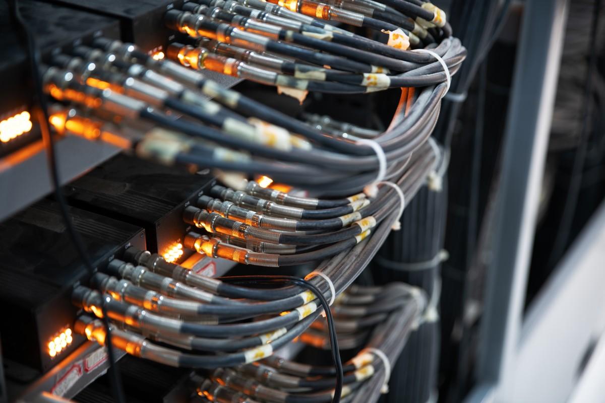 przewody podłączone do serwera