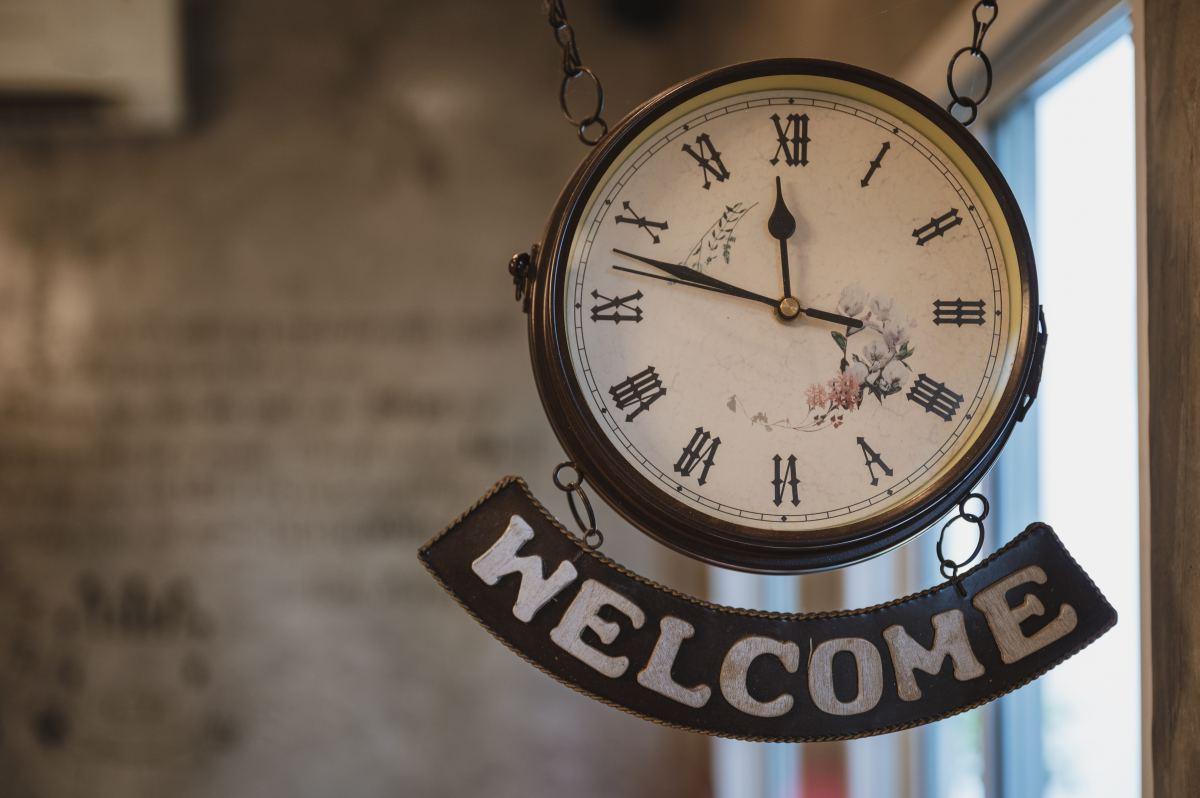 wiszący zegar w starym stylu