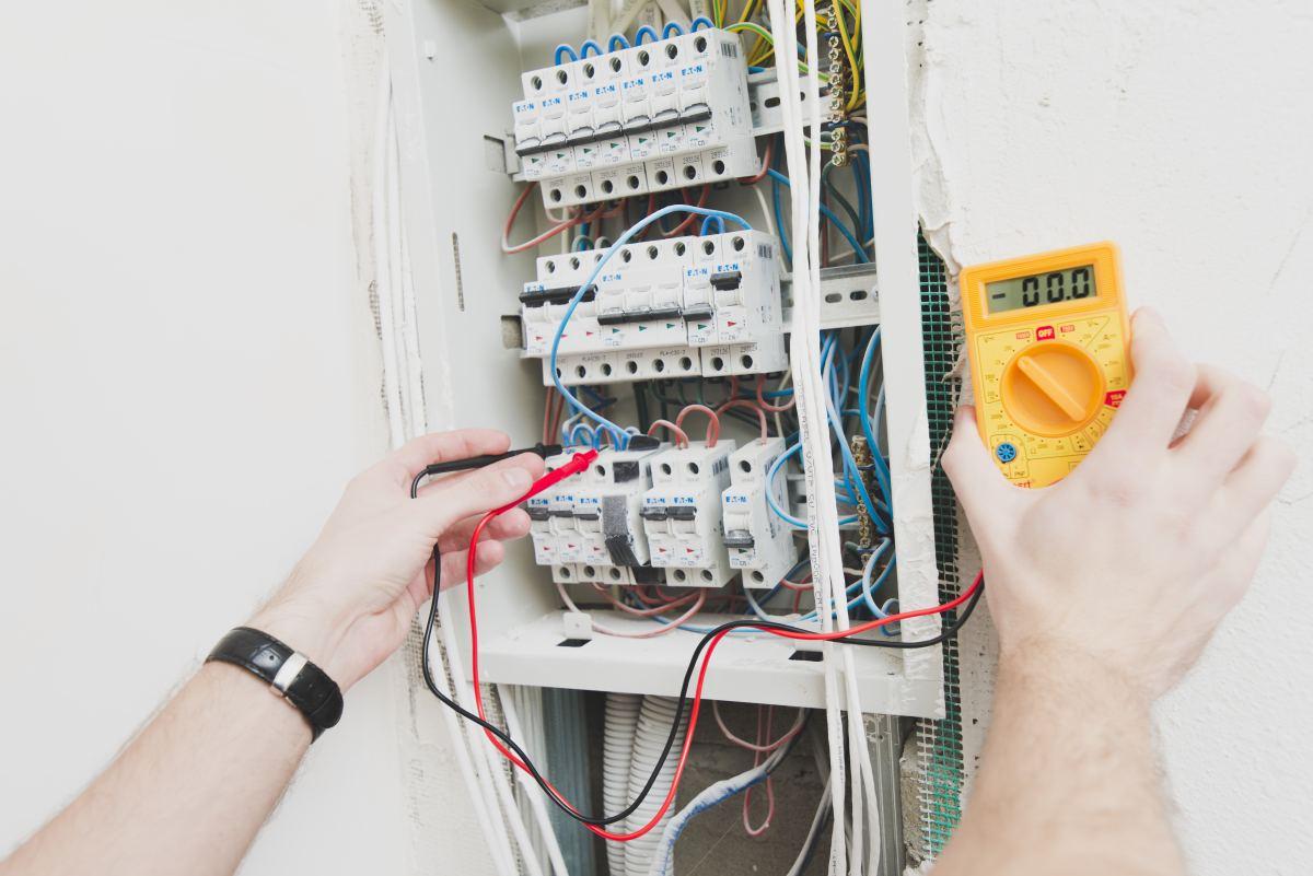 pomiar elektryczny prz rozdzielni elektrycznej